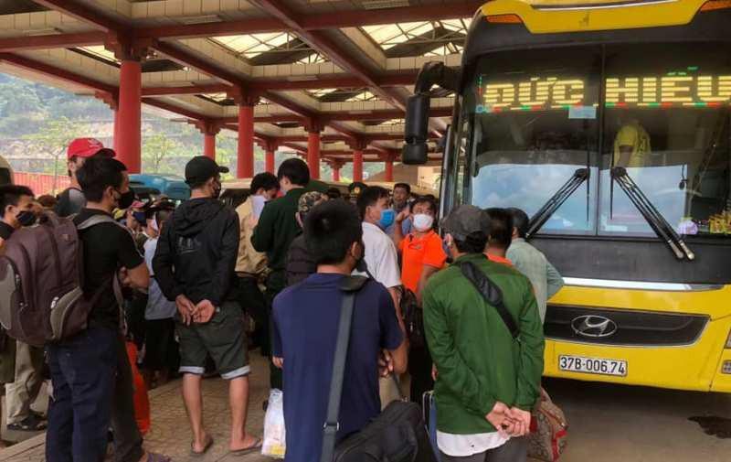 Cách ly quá tải vì hàng ngàn người từ Lào về tránh COVID-19  - ảnh 1