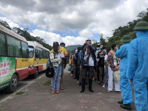 Tiếp nhận, cách ly tập trung hơn 600 sinh viên Lào trở lại Việt Nam học tập ảnh 6