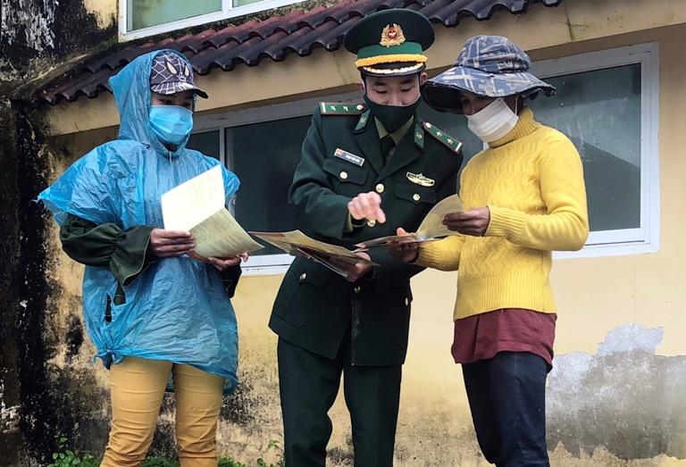 Tặng 200 suất quà cho dân bản ở biên giới nước Việt - Lào -0