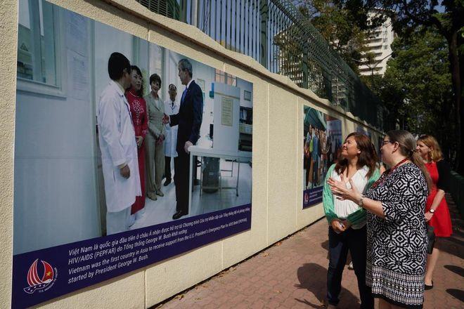 Tổng lãnh sự Mỹ Damour kể về một trong những bức ảnh mà bà cho là đại diện cho mối quan hệ hợp tác về phòng chống HIV/AIDS /// Độc Lập