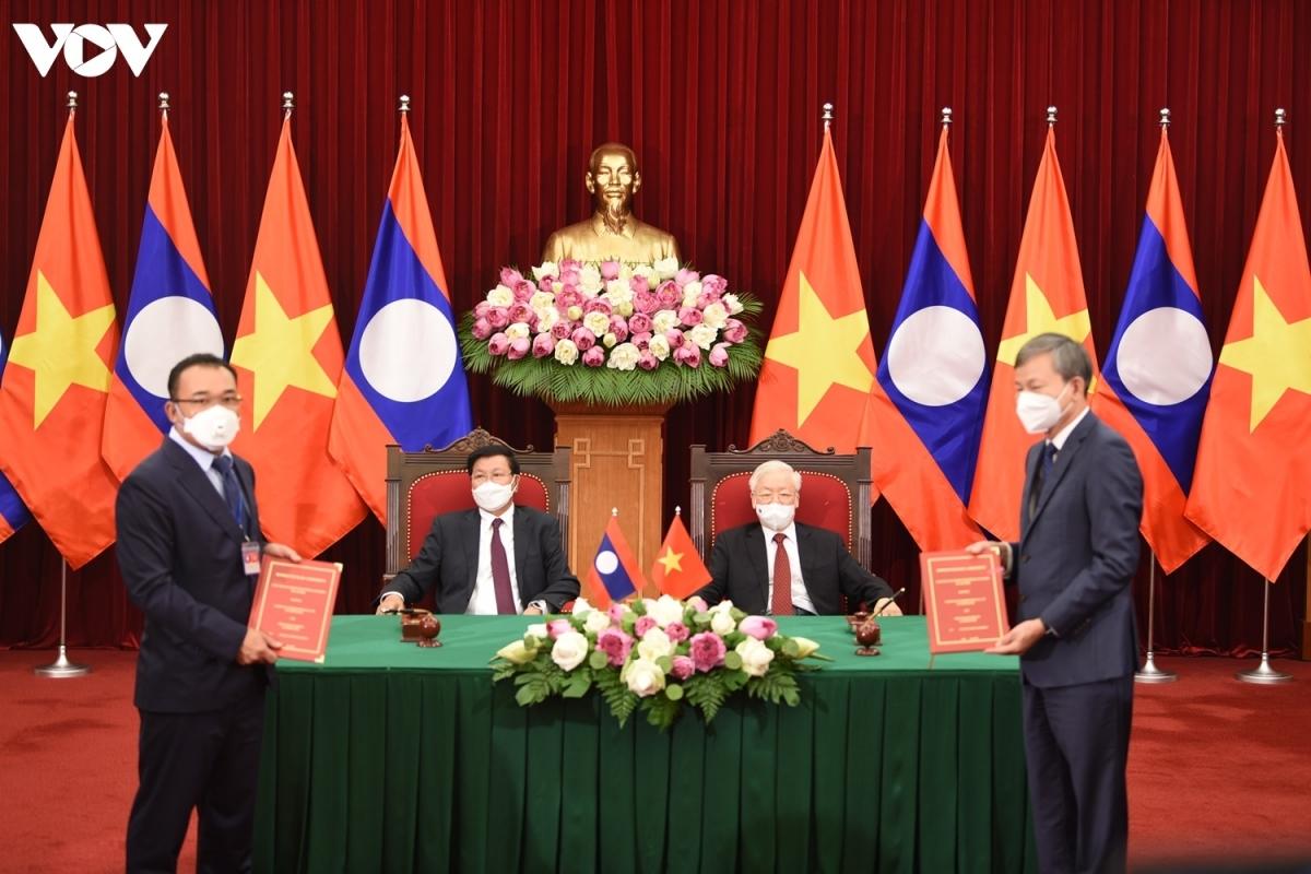 Tổng Bí thư Nguyễn Phú Trọng cùngTổng Bí thư, Chủ tịch nước Lào -Thongloun Sisoulith đã chứng kiến lễ ký kết các văn kiện hợp tác giữa các Bộ, ban, ngành và tập đoàn lớn của Việt Nam với Lào.