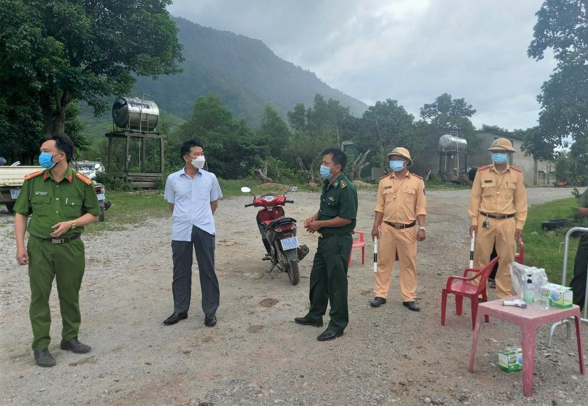 Lực lượng chức năng thiết lập kiểm soát tại xã Dân Hóa trong sáng 21.7 /// Ảnh: C.T.V
